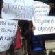 Para nasabah dan anggota koprasi saat berdemo di depan rumah pemilik koprasi (pix)
