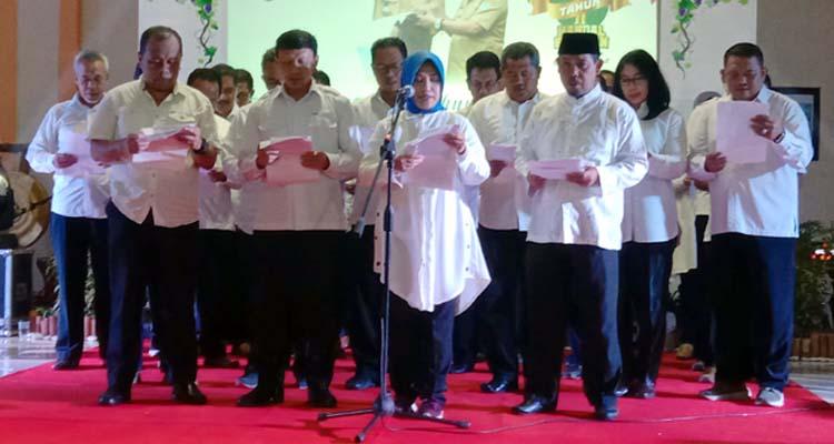 Sekdakot dan Para OPD saat membacakan puisi di acara satu tahun pemerintahan wali kota dan wakil walikota Probolinggo (pix)