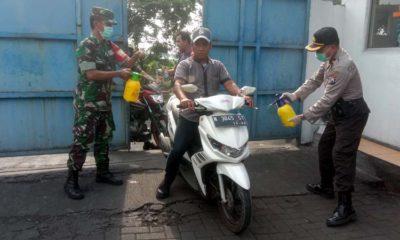 penyemprotan disinfektan pabrik BJB oleh pihak Polsek dan Koramil juga Kecamatan wonoasih (pix)