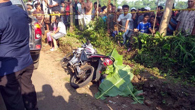 Korban pembacokan ditutupi daun pisang di TKP. (Pix)