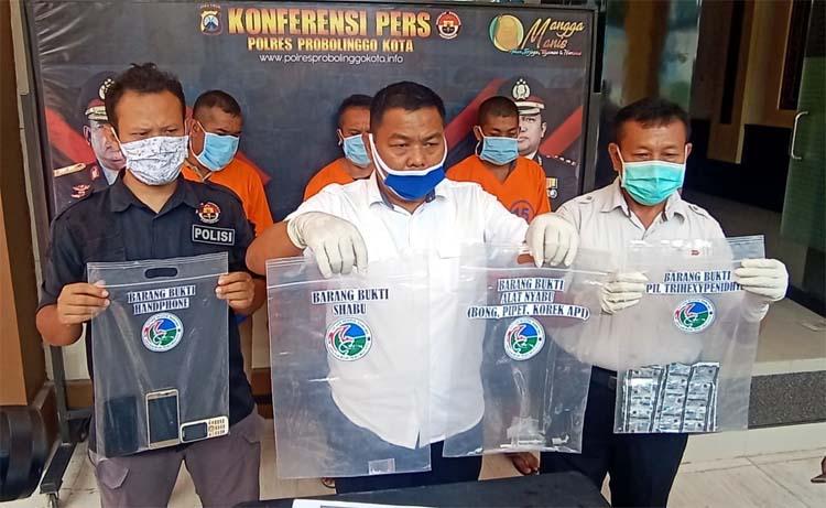 Tersangka narkoba saat dirilis di halaman Mako Polres Probolinggo kota. (pix)