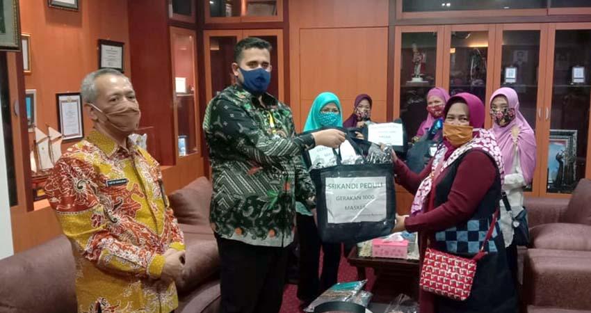 Walikota saat menerima para Srikandi memberikan 1000 masker kepada Pemkot. (Pix)
