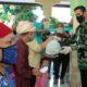 Walikota Probolinggo saat memberikan Bantuan kepada warga (istmw)