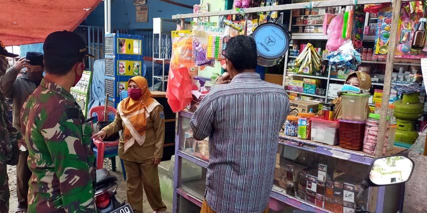 Babinsa Koramil 0820/24 Tiris Kodim 0820/Probolinggo yang tengah melakukan patroli di Pasar Tradisional Tiris, Rabu (5/8/2020)