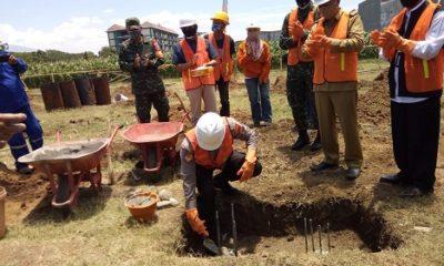 BATU PERTAMA: Wawali Kota Probolinggo HMS.Subri (no.2 dari kanan) melihat proses peletakan batu pertama pembangunan Mapolsek Kanigaran di Jalan Citarum Kelurahan Curahgrinting, Kecamatan Kanigaran.