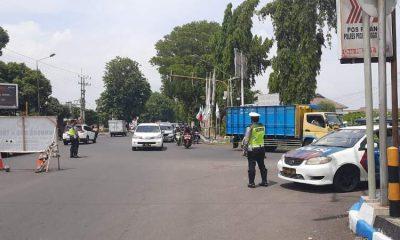 Petugas sedang menghalau kendaran besar akan memasuki kota.