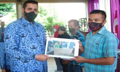 Habib Hadi Zainal Abidin menyerahkan bantuan secara simbolis didampingi Asisten Perekonomian dan Pembangunan Setyorini Sayekti, Plt Kepala DPMPTSP dan Naker.