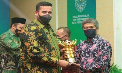 Penyerahan Piala lomba tari kreasi Bolinggoan.
