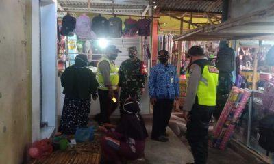 Tim Satgas Covid saat melaksanakan operasi penegakan disiplin protokol kesehatan di pasar tradisional setempat, Rabu, (25/11/2020).