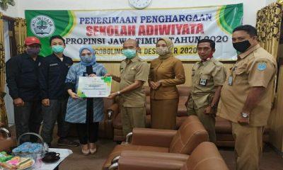 Penghargaan tersebut diserahkan oleh tim dari DLH Provinsi Jawa Timur, Eka Agustina kepada Kepala DLH Rachmadeta Antariksa di ruang kerjanya, Selasa (15122020).