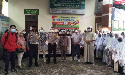 Polisi Sahabat Santri Bagikan Ratusan Nasi Bungkus dan Masker