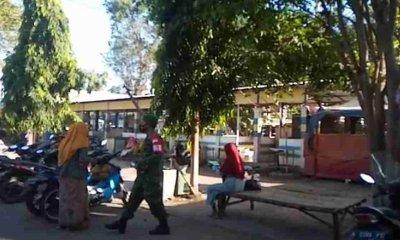 Yakinkan Masyarakat Patuhi PPKM, Babinsa Koramil Paiton Gelar Patroli Bersama